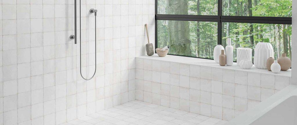 azulejos blancos en una bañera  imitacion barro