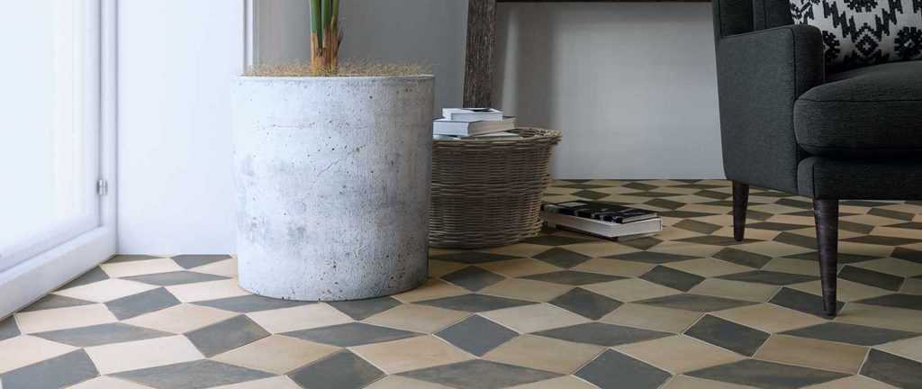 pavimento de color gris y vison en forma de diamante haciendo alfombra decorativa en barro
